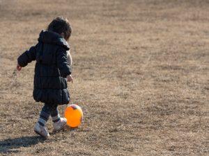 子どものボール遊び